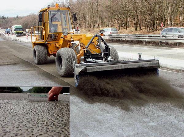"""Podkladový a vrchný betón sa pri stavebnej technológii """"exposed-concrete"""" ukladá, zhutňuje a vyrovná. Výstavba betónových ciest je obľúbená najmä v Nemecku. Pri výstavbe ciest a mostov je dôležitá najmä životnosť."""