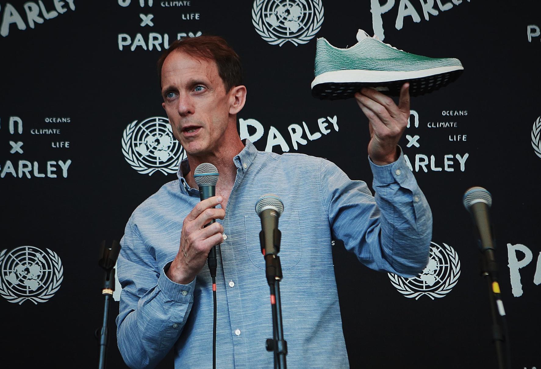 d09da0d063 Eric Liedtke z Adidasu prezentuje tenisky na tlačovej konferencii OSN