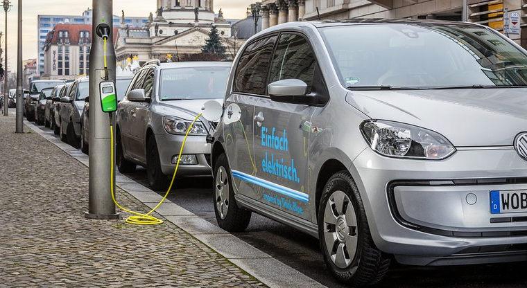 V Berlíne môžete dobíjať elektromobil pomocou retro zariadení umiestených na lampách