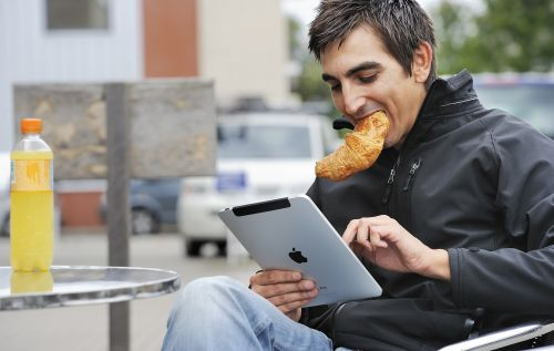 RIJSWIJK - Een man gebruikt zijn iPad op een terrasje. De iPad van Apple is door zijn mobiliteit de ideale gadget voor onderweg. ANP XTRA LEX VAN LIESHOUT