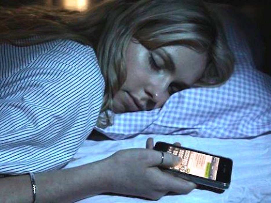 this-is-what-happens-when-you-check-your-smartphone-before-you-go-to-sleep