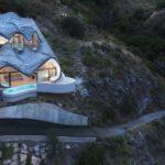 Tento španielský pár si do skaly nechal vytesať ekologický dračídom
