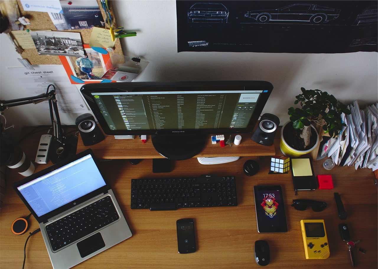 desk-699095_1280