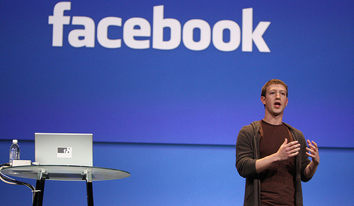 Facebook-ceo-mark-zuckerberg-presenting-with-Apple-MacBook-Pro