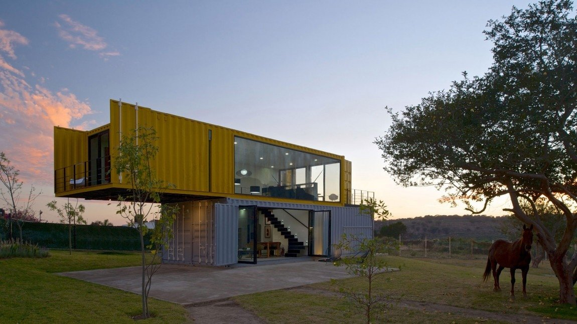 1-house-4-shipping-containers-1-guests