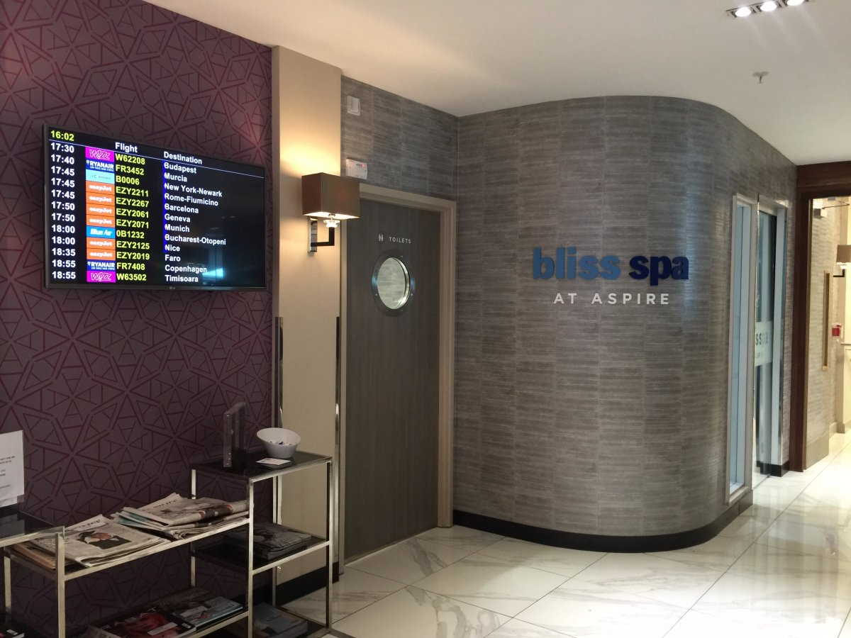 drinks-snacks-and-food-are-complimentary-at-the-aspire-lounge-however-you-have-to-pay-for-certain-fancy-alcoholic-beverages-the-lounge-also-offers-free-wi-fi-and-spa-services