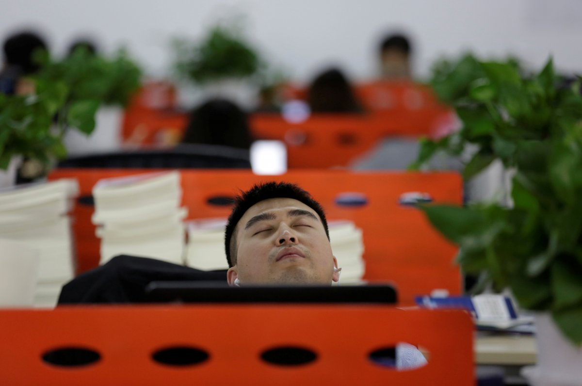 even-the-cofounders-find-time-to-sleep-here-goopal-cofounder-cui-meng-naps-in-his-seat-after-lunch