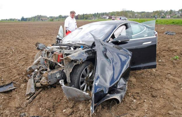 tesla-model-s-accident-germany-4