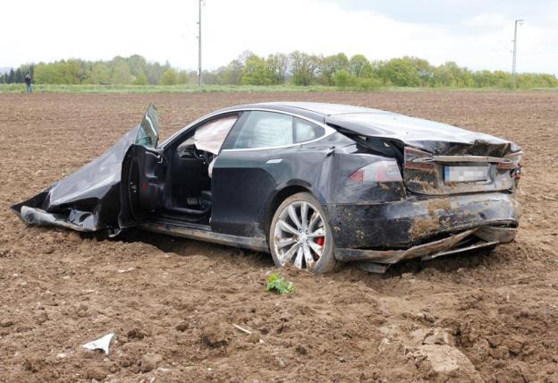 tesla-model-s-accident-germany-7