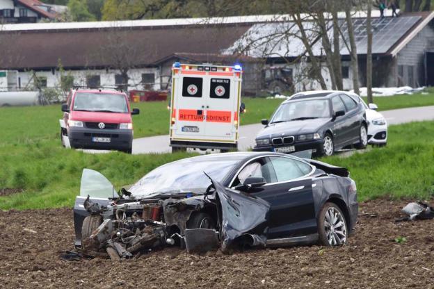 tesla-model-s-accident-germany-8