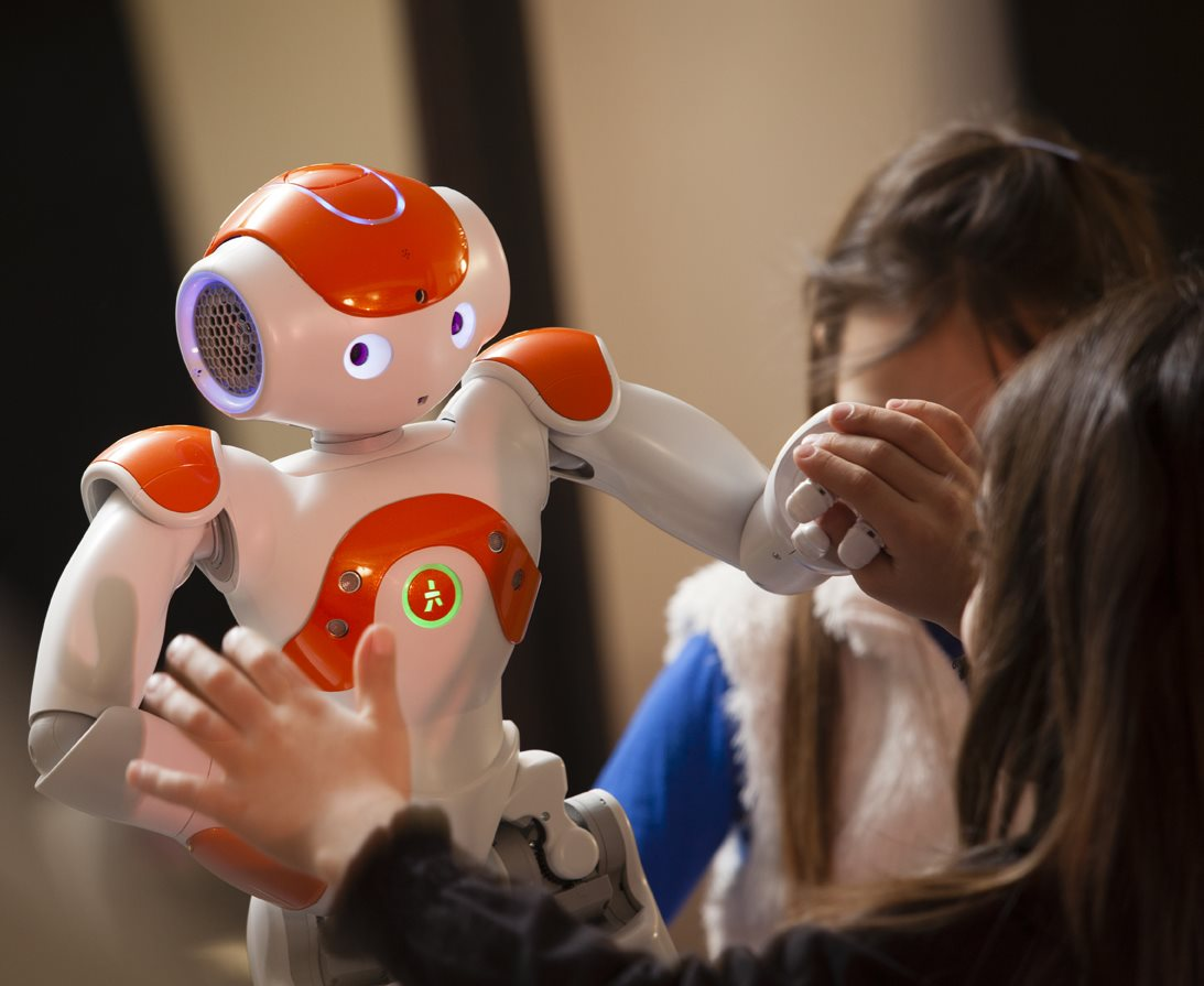 Le robot NAO, d'Aldebaran Robotics, dans la maison, et avec sa famille. Photo (c) Ed Alcock / M.Y.O.P. 27 Fevrier 2013 The robot NAO, at home with his family. NAO is produced by the French start-up Aldebaran Robotics. Photo (c) Ed Alcock / M.Y.O.P. 27 February 2013