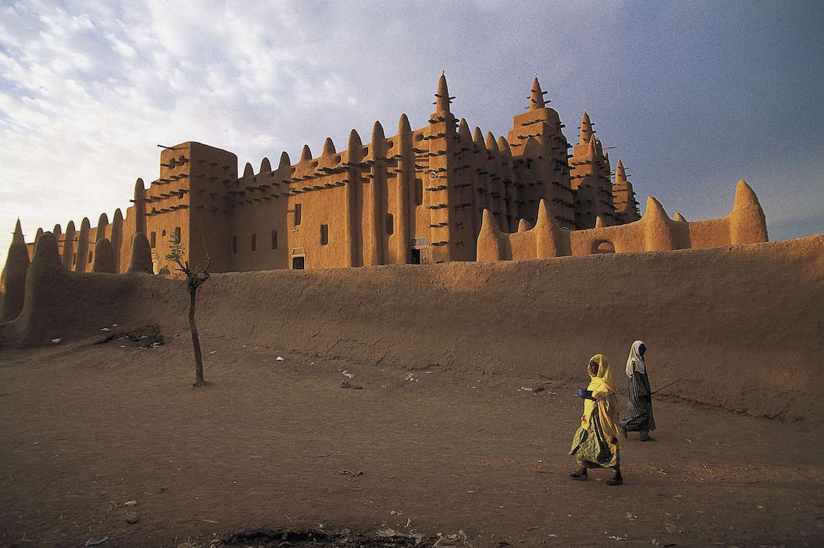 11-the-worlds-largest-structure-to-be-built-out-of-mud-the-great-mosque-of-djenn-in-mali-is-an-architectural-masterpiece-that-looks-as-though-it-has-sprouted-out-of-the-ground