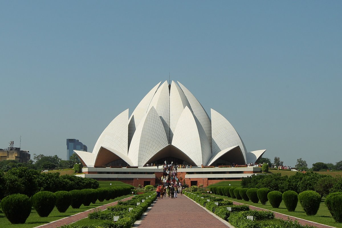 19-the-lotus-temple-in-dehli-india-draws-hordes-of-tourist-with-its-striking-modern-design