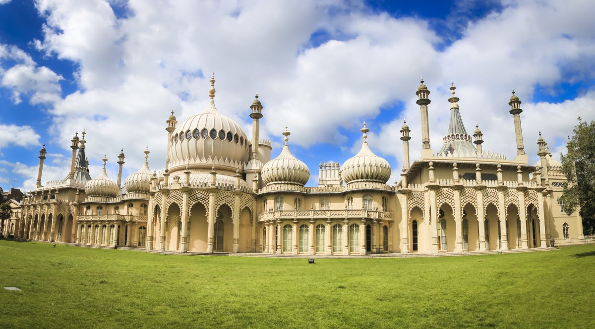 26-the-royal-pavilion-in-brighton-uk-ambitiously-merges-british-and-indian-culture