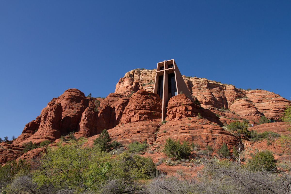 4-frank-lloyd-wrights-church-at-cathedral-rock-in-sedona-arizona-blends-almost-seamlessly-into-the-rocks-surrounding-it
