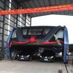 Čínsky autobus, ktorý dokáže jazdiť ponad autá je realitou
