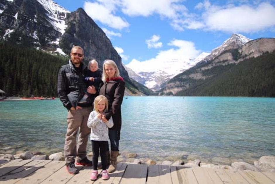 Brett a Kerry Walkins so svojimi deťmi. Prvá rodina, ktorá sa presťahovala do Whycocomagh kvôli práci v miestnom obchode.