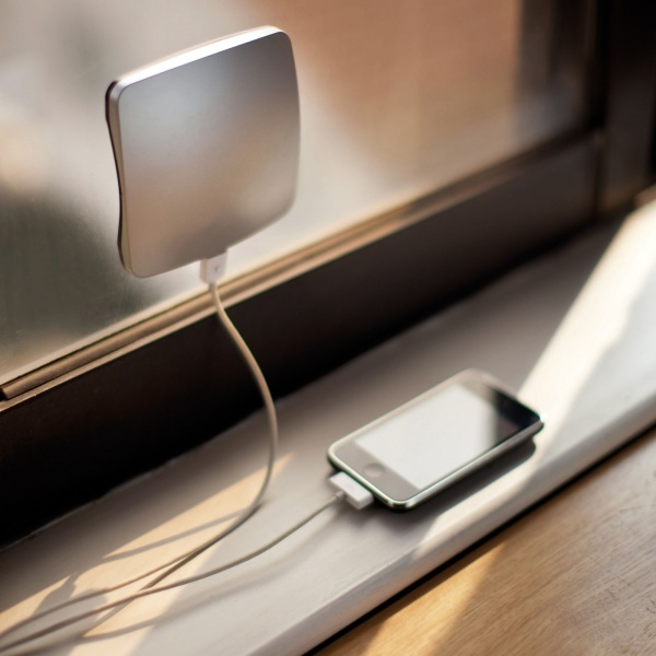 65805-R3L8T8D-600-iPhone-Window-Solar-Charger
