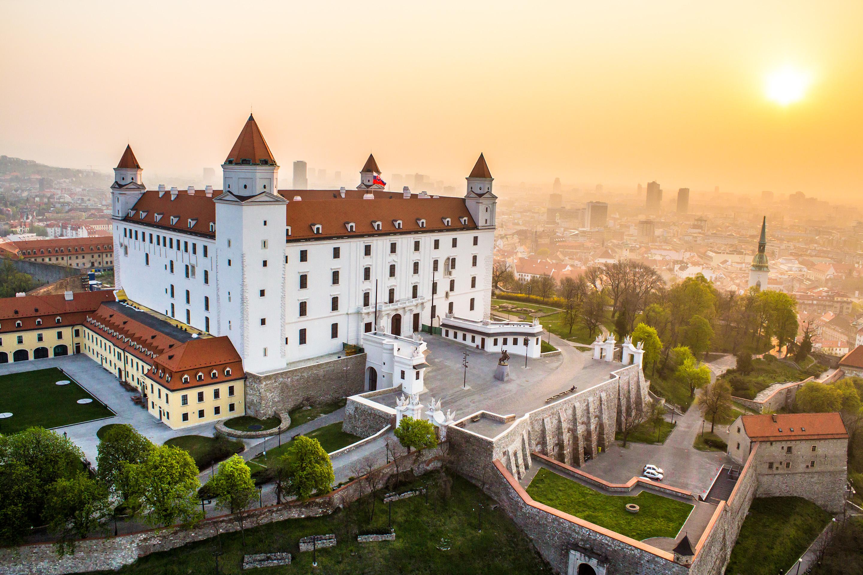Bratislava_castle_sunrise_copyright_duomedia