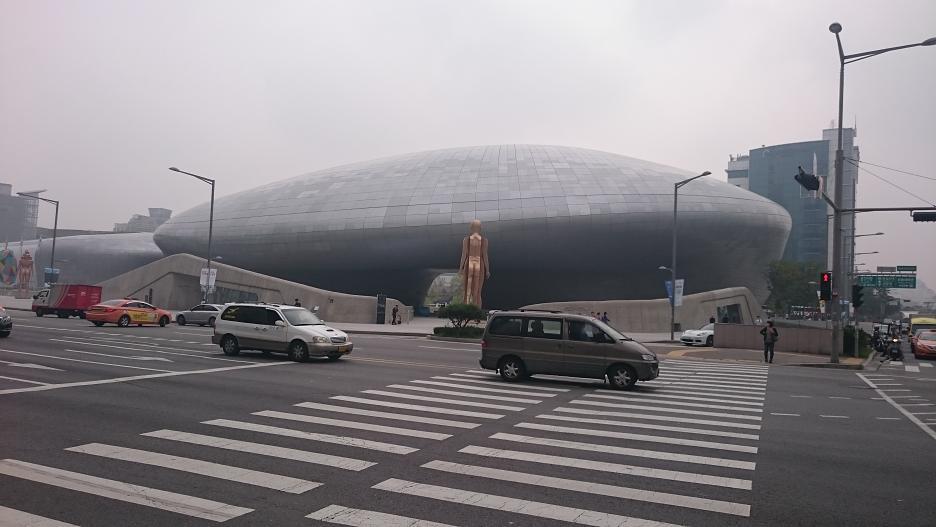 Dongdaemun Design Plaza (DDP), elegantný objekt Zahy Hadid