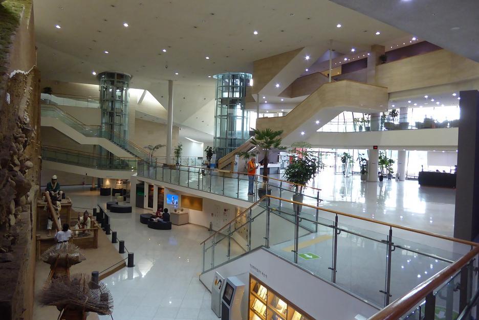 Interiér múzea, postaveného na mieste obranného valu