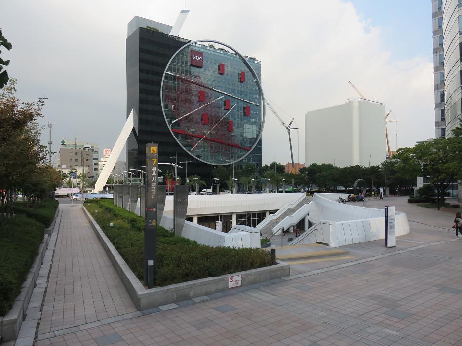 Tangent - Ústredie Hyundai Development Company, postavené podľa návrhu Daniela Libeskinda a skupiny Himma v štvrti Gangnam