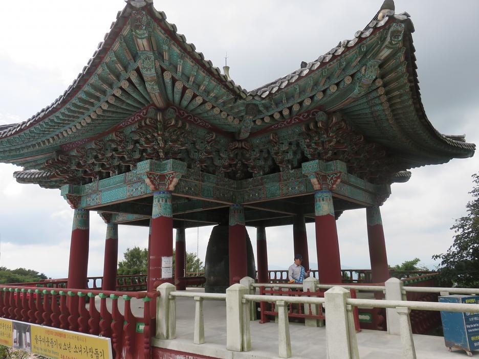 Obrovský zvon pod strechou pri schodoch k Seokguramu