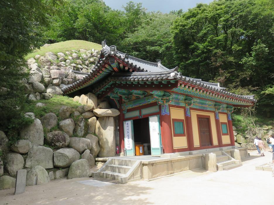 Seokguram – vstupný objekt do jaskyne s cennou sochou sediaceho Budhu - svetové kultúrne dedičstvo