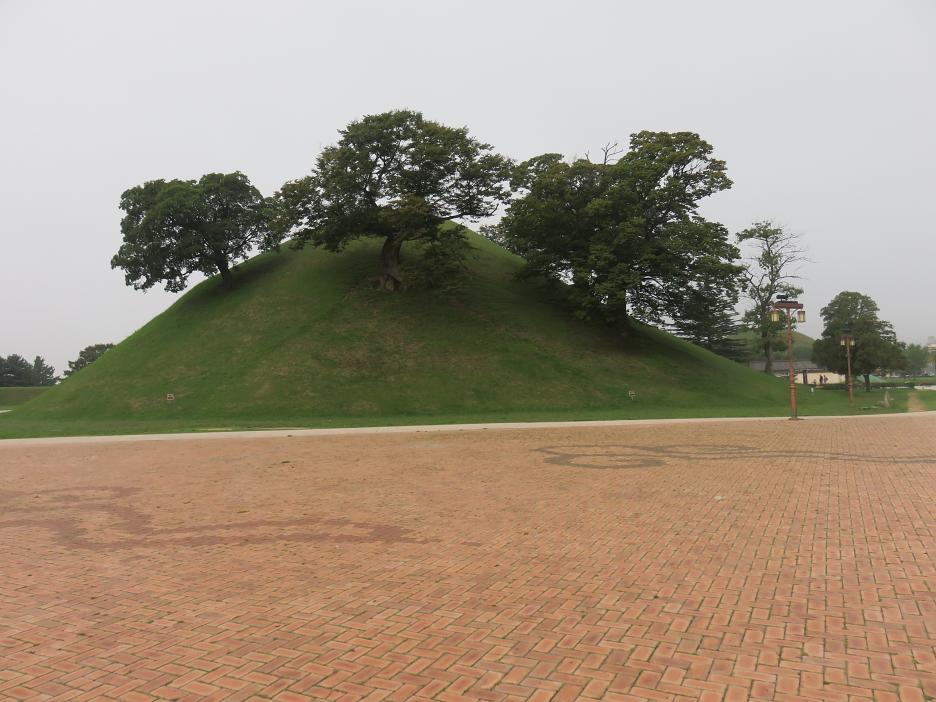 Hrobka, na ktorej vyrástli stromy