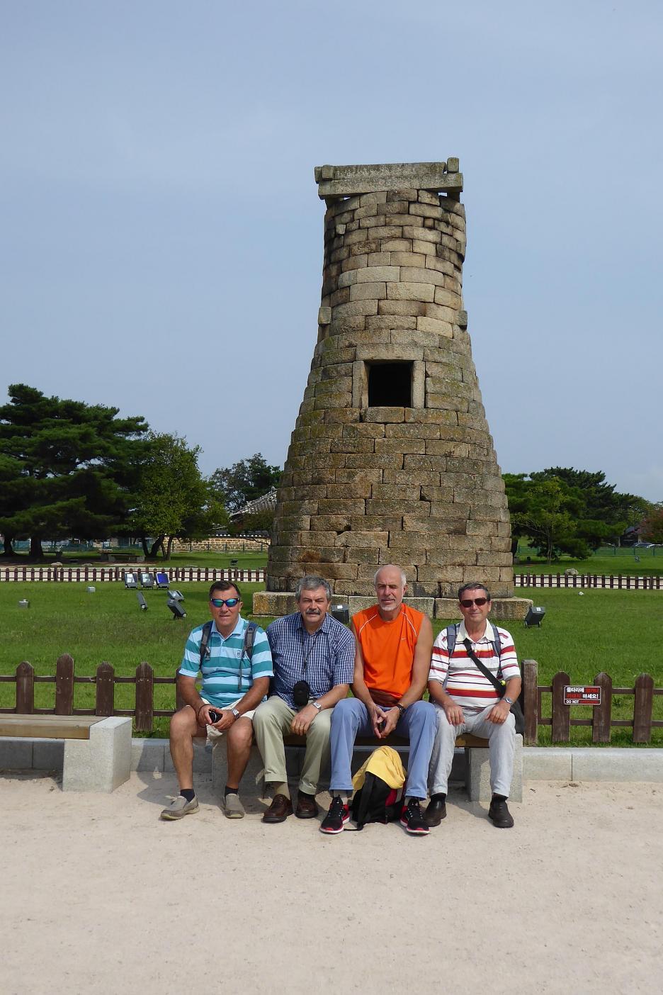 Cestovatelia pred najstarším astronomickým observatóriom na Ďalekom východe
