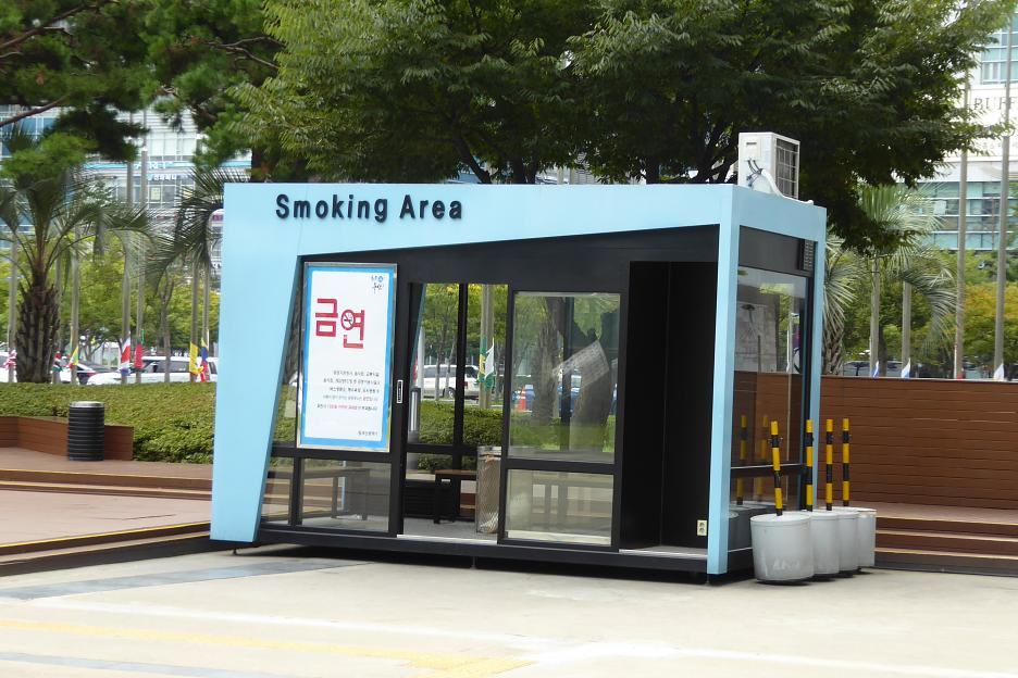 Stánok pre fajčiarov – častý doplnok v kórejských mestách