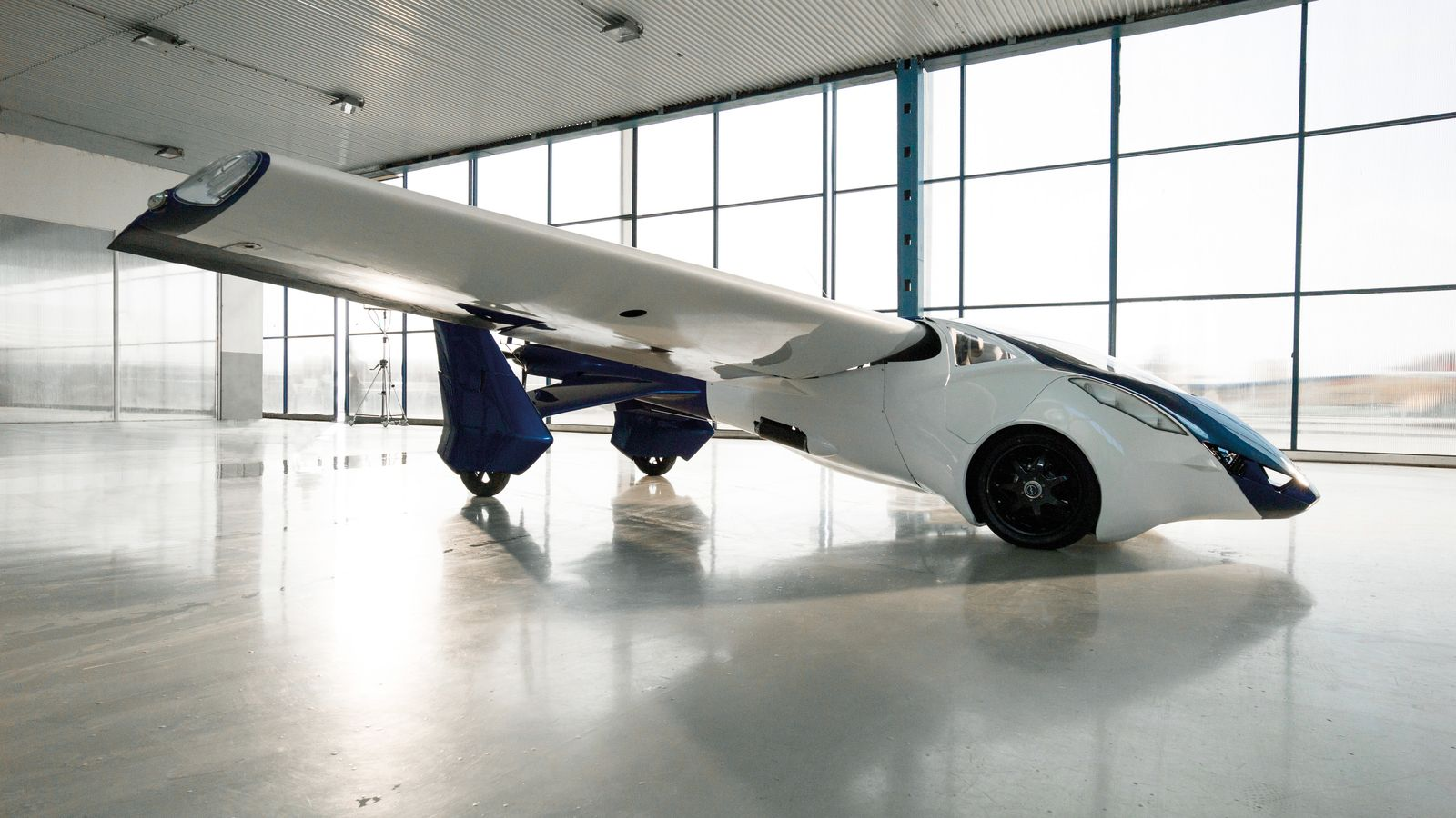 aeromobil_3_perspective_view_in_hangar_airplane_configuration_facing_right-0-0