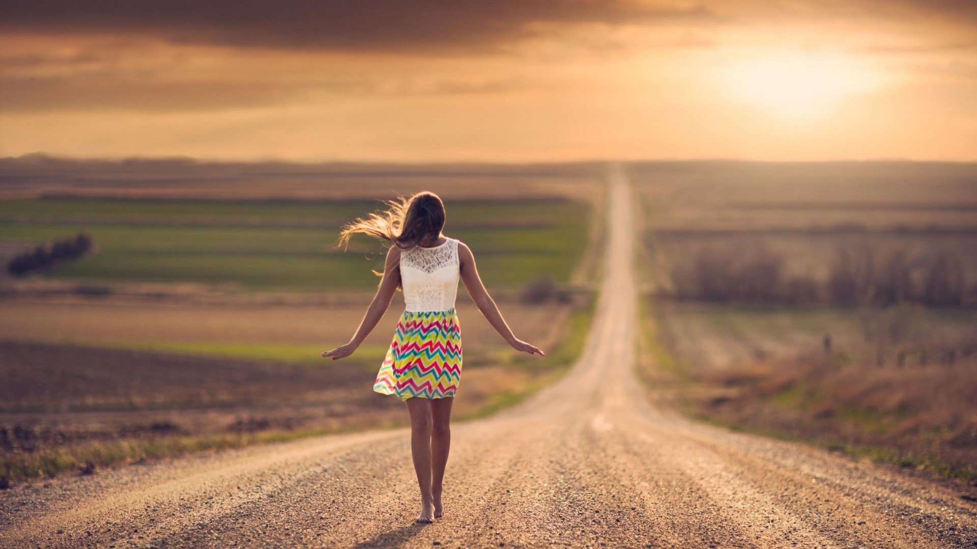 creative_wallpaper_girl_on_a_dirt_road_081037_