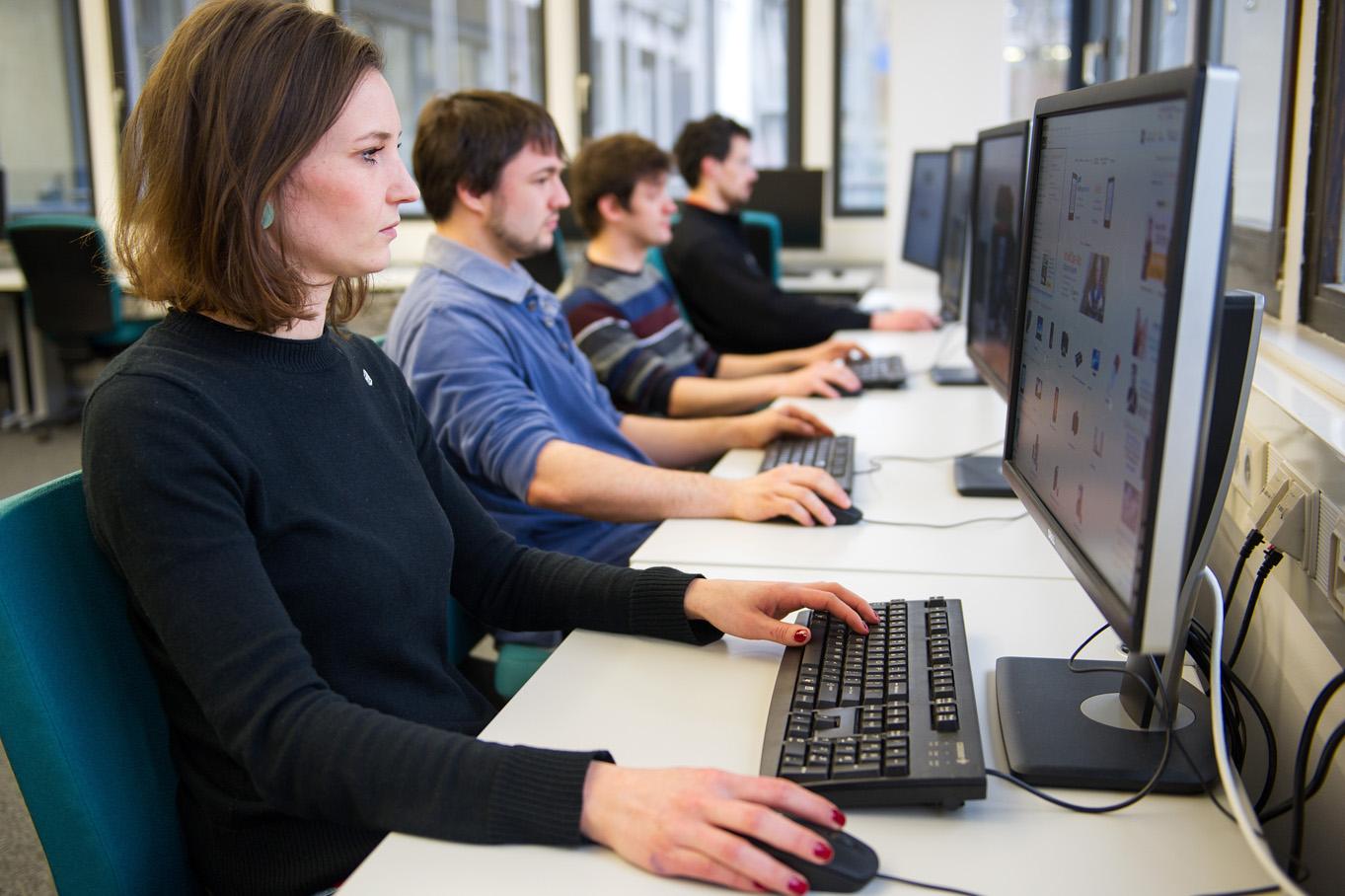 Menschen sitzen vor Computerbildschirmen. Foto: Oliver Dietze -- Veroeffentlichung nur nach vorheriger Honorar-Vereinbarung und mit Namensnennung. Oliver Dietze // +49-(0)177-9761996 // post@oliverdietze.de // USt-ID DE262797891