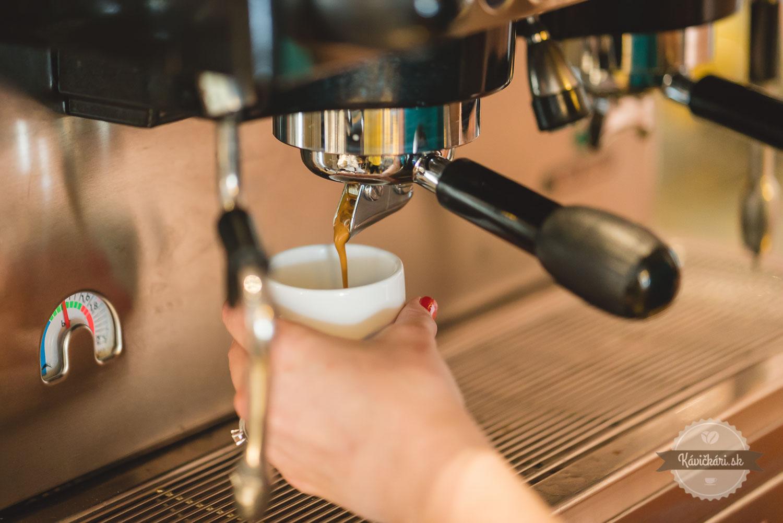 príprava kávy stroj