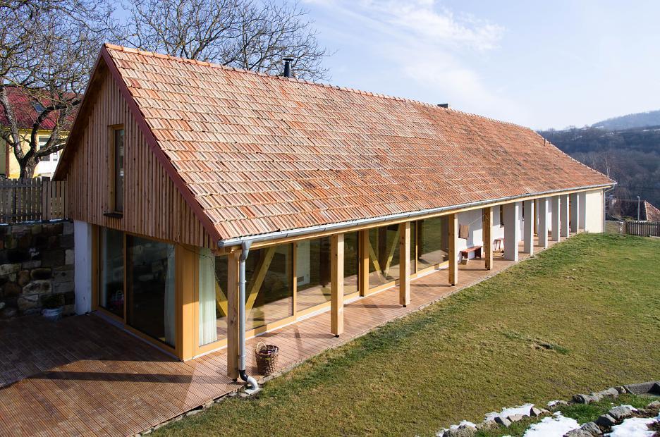 Použité materiály i pôvodná strešná krytina sú kontinuitou s miestnou materiálovou tradíciou pri budovaní obydlí.
