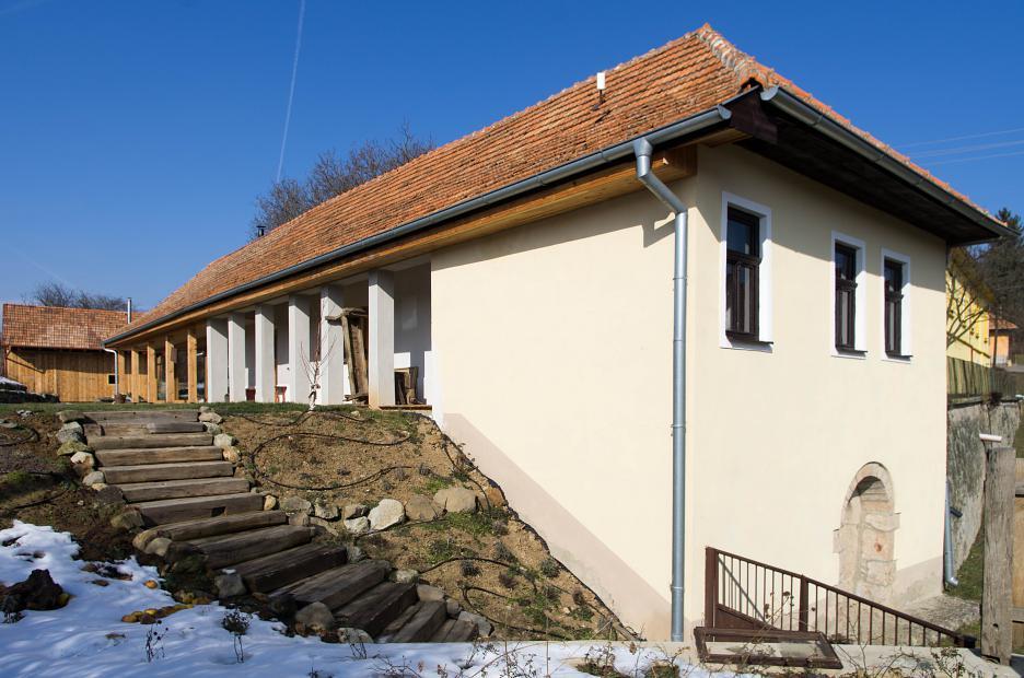 Čelný pohľad s ulice s pôvodným zrekonštruovaným domom.