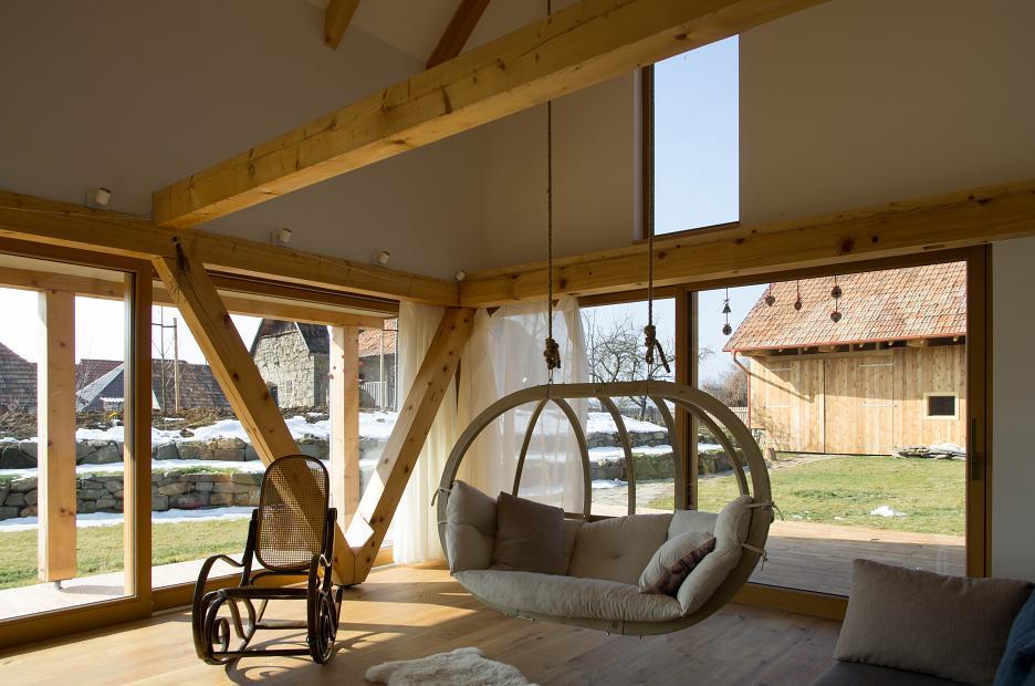 Interiér je priamo napojený na okolité vonkajšie plochy.