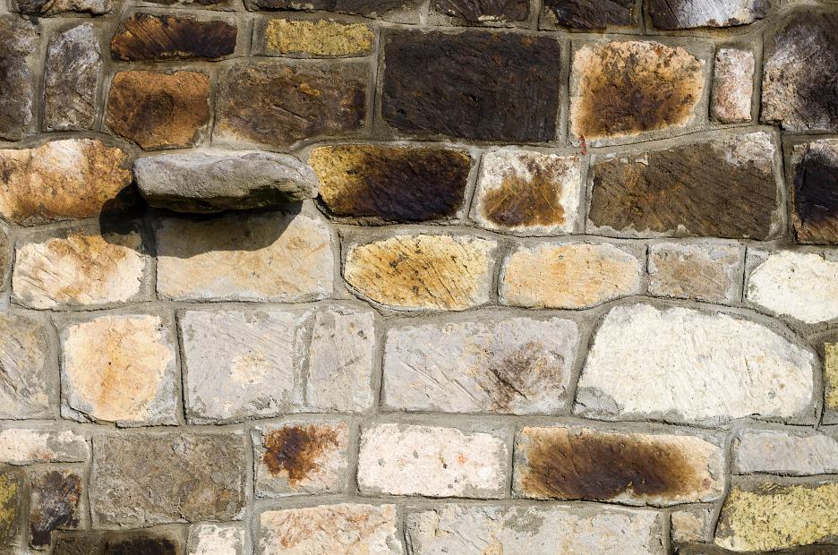 Detail rekonštruovaného kamenného muriva z miestnych zdrovov.