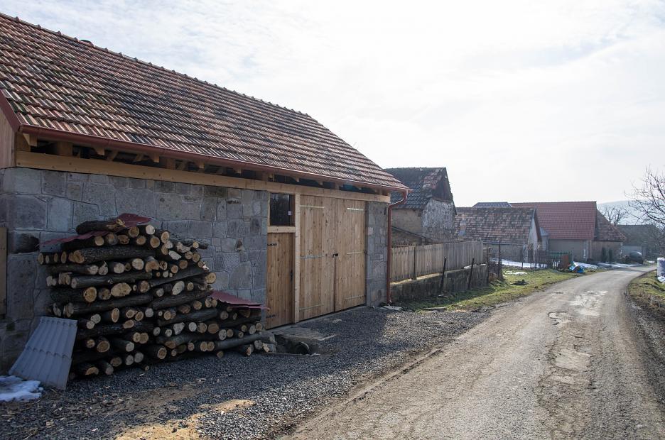 Zadné priečelie (alternatívny vchod, stodola).
