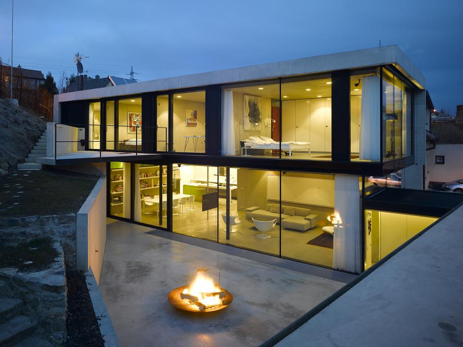 Večerný pohľad - presklené fasády orientované do záhrady