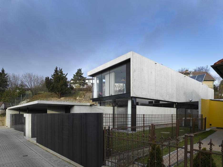 Pohľad z ulice - nižší objekt vstupu a garáže pred hlavnou hmotou domu