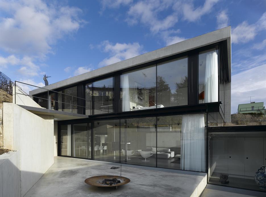 Pohľad z vnútorného nádvoria - hlavná hmota domu s terasou na úrovni 2. NP