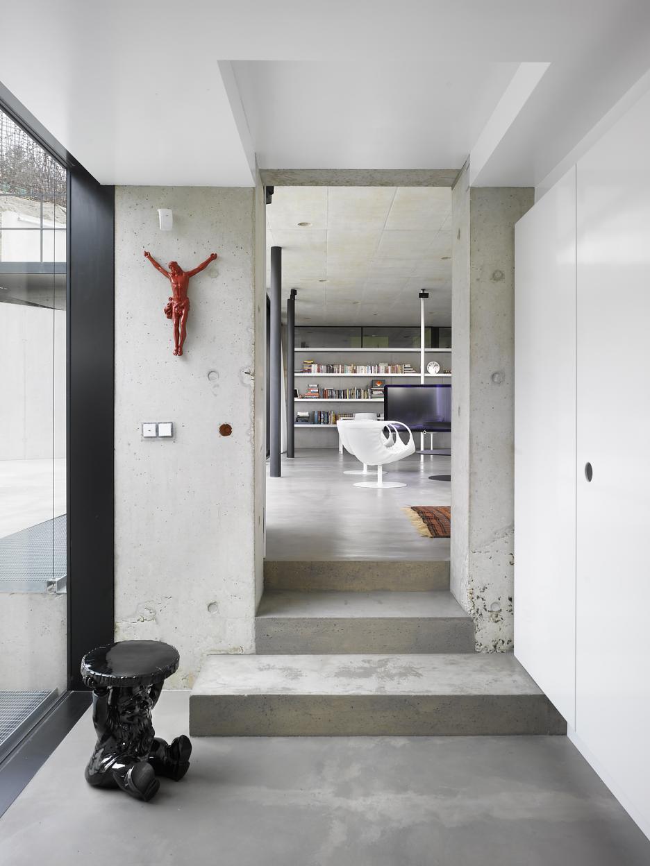 Interiér - Pohľad z predsiene do obytného priestoru