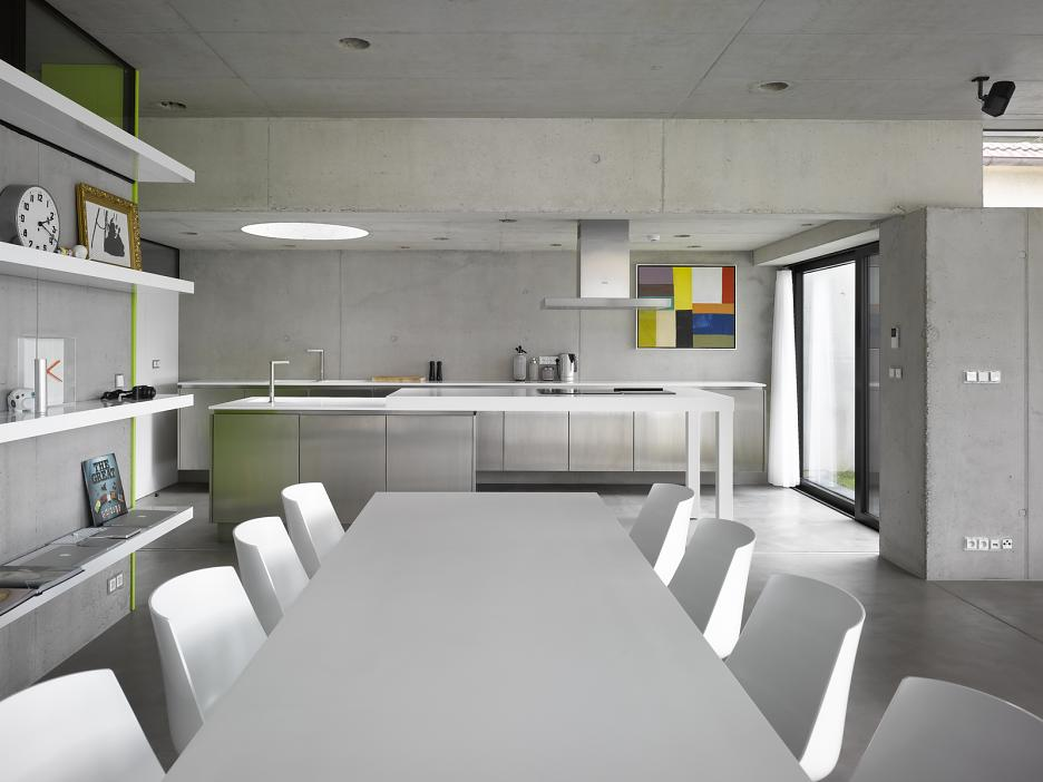 Interiér - jedálenský stôl a kuchyňa