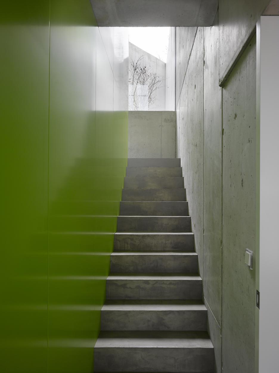 Interiér - schodisko s priehľadom do átria
