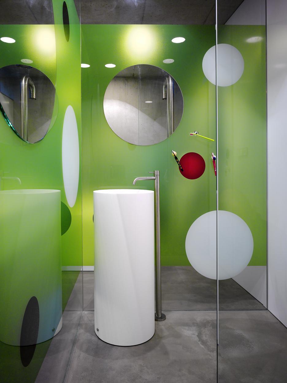 Interiér - predsieň sprchovacieho kúta s umývadlom