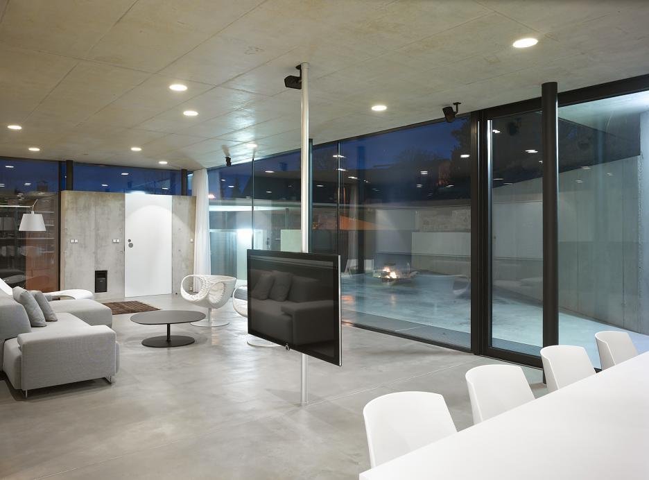 Interiér - Obytný priestor s výhľadom do nádvoria