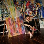 Maľovať sa naučila v USA, dnes farbami mení plátno aj obyčajné rifle na umenie