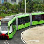 Čína predstavila autonómny autobus, ktorý namiesto koľajníc jazdí len po bielych čiarach na ceste